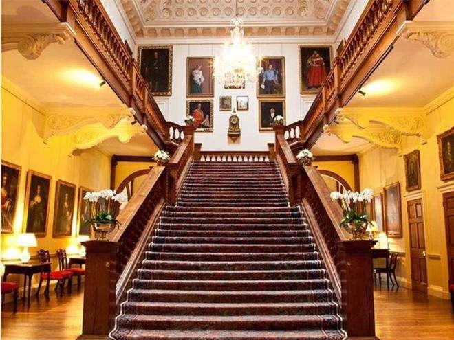 Центральная лестница и салон в замке Элторн