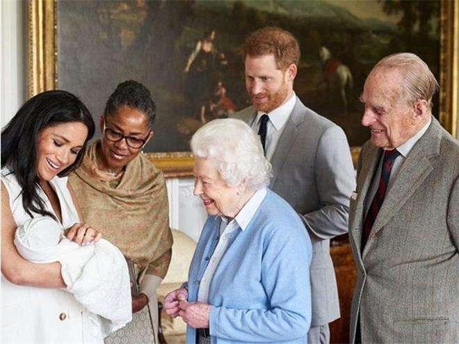Сына принца Гарри представили королеве Елизавете II и принцу Филиппу
