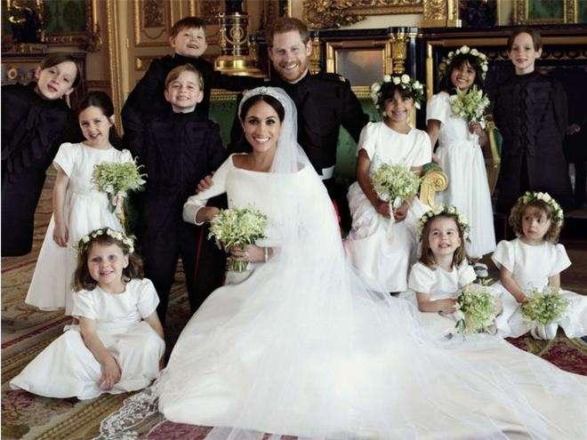 Принц Гарри и Меган Маркл в окружении девочек-цветочниц и мальчиков-пажей на свадебном портрете