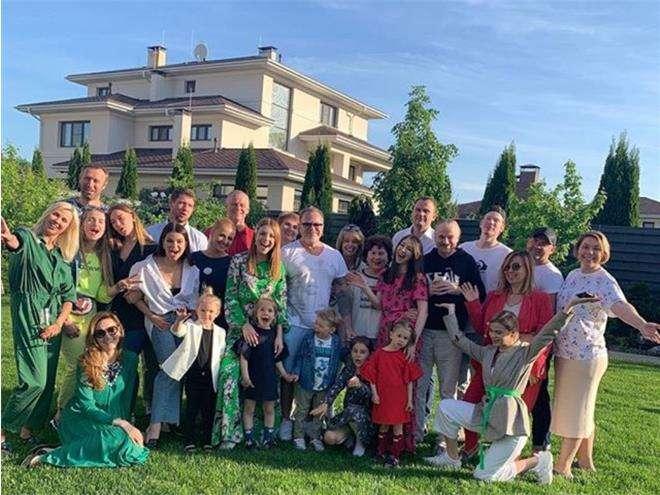 Семейство Пресняковых и Подольских вместе с друзьями на домашней вечеринке