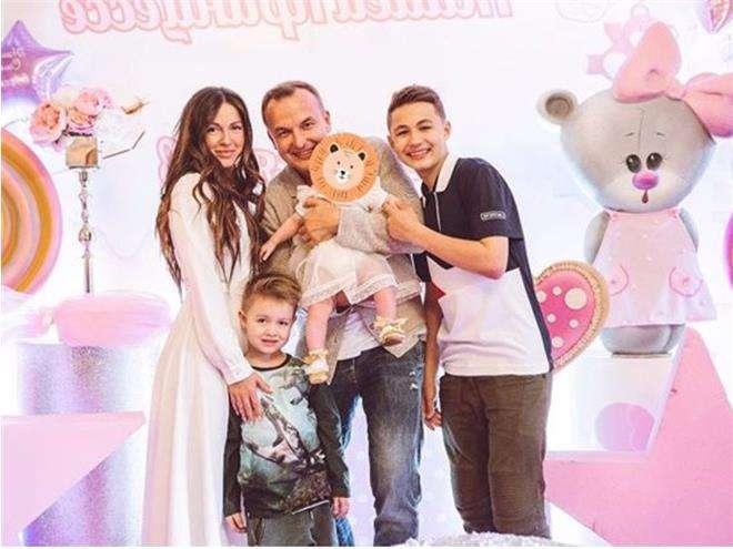 Игорь Сивов с певицей Нашей и детьми