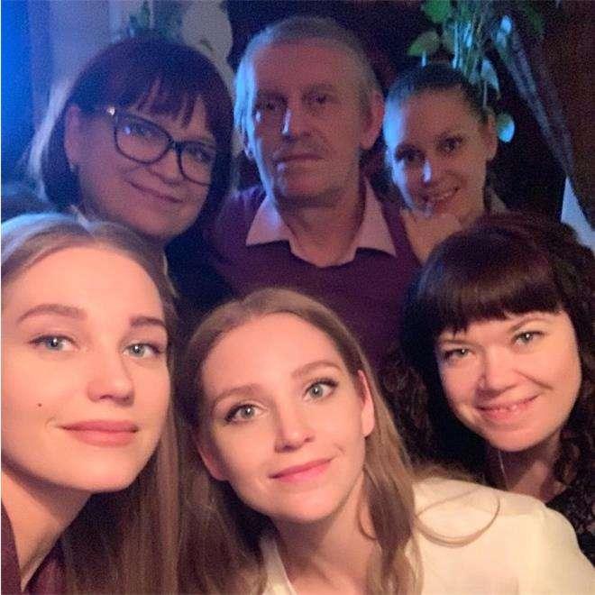 Кристина Асмус с родителями и сестрами