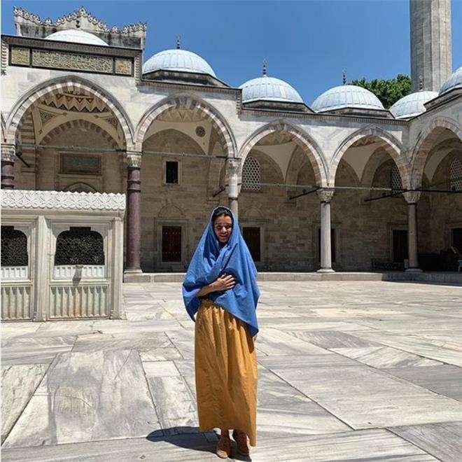 Ксения Бородина у мечети султана Сулеймана