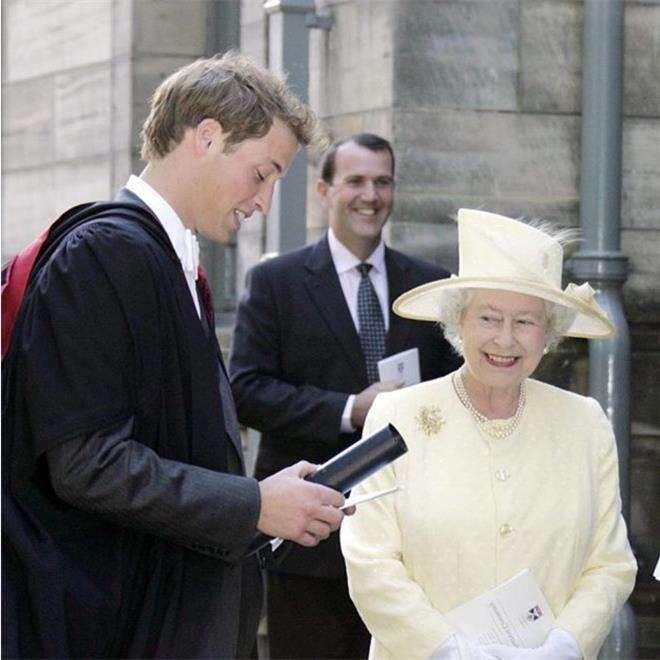 Королева Елизавета II посетила церемонию вручения дипломов принца Уильяма и Кейт Миддлтон