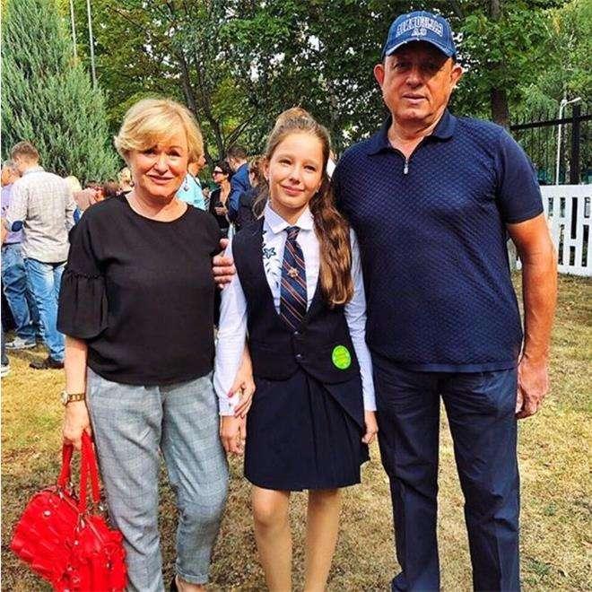 Вера Алдонина с бабушкой и дедушкой