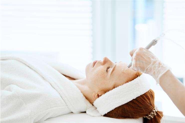 После газожидкостного пилинга лица не рекомендуется использовать декоративную косметику