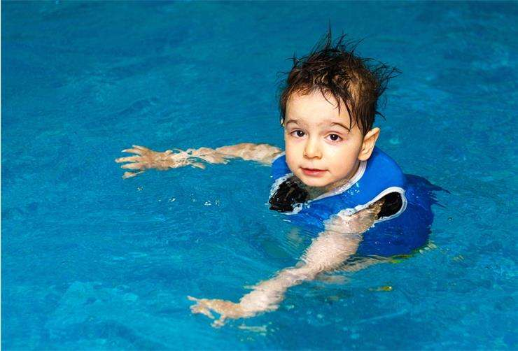 в бассейне