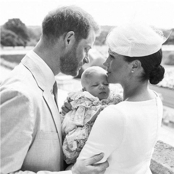Официальный портрет с крестин сына принца Гарри и Меган Маркл