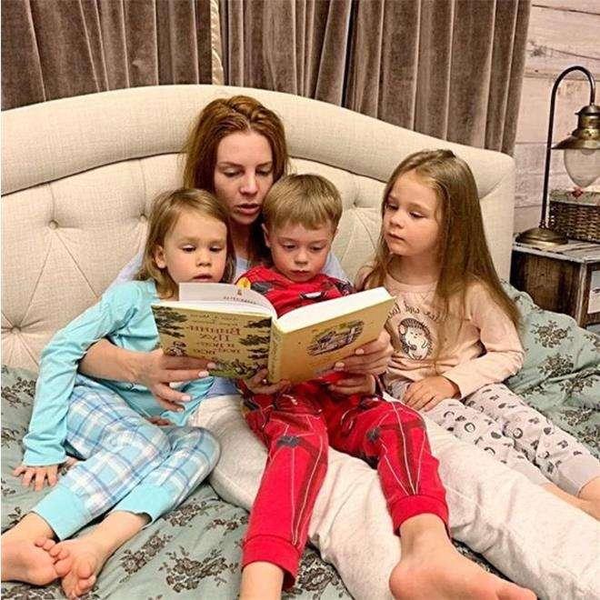 Наталья Подольская с сыном Артемием и племянницами