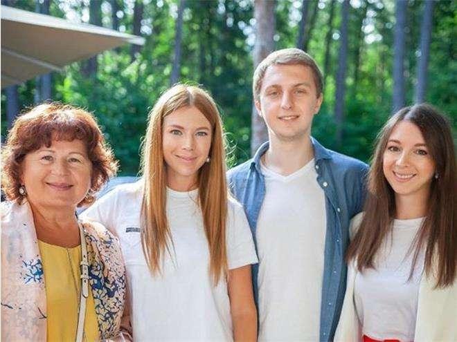 Наталья Подольская с мамой, сестрой и братом