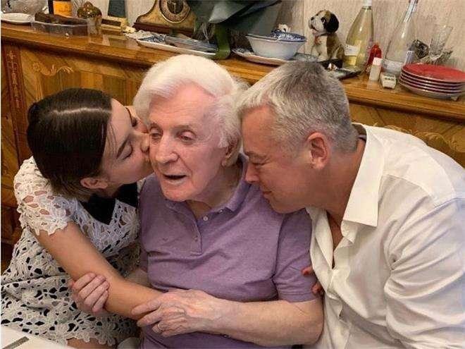 Олег Стриженов с сыном Александром и внучкой Александрой отмечает свое 90-летие