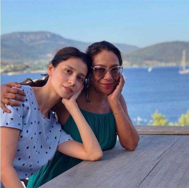 Равшана Куркова с мамой