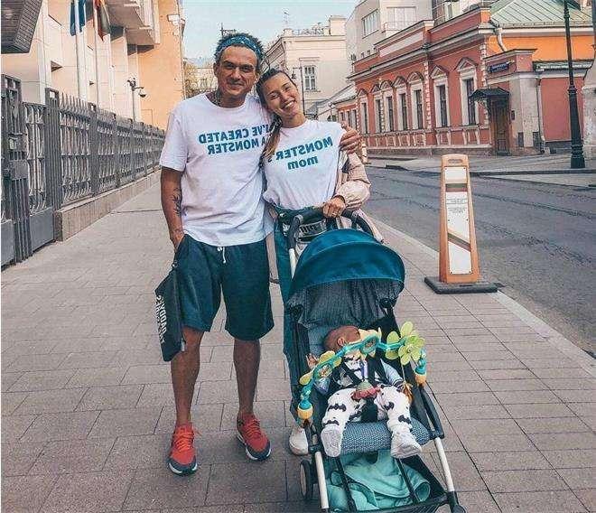 Влад Топалов и Регина Тодоренко на прогулке с сыном