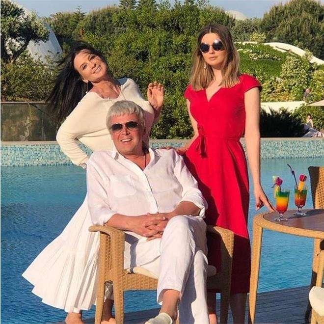 Екатерина Стриженова с младшей дочкой и мужем