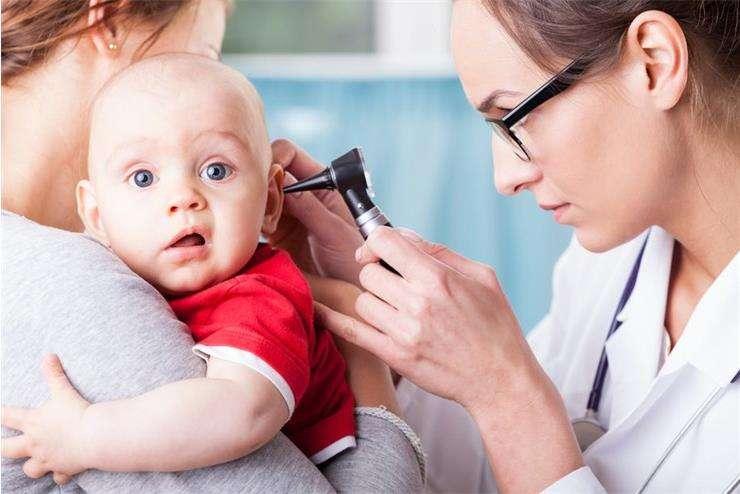 болит ухо у ребенка без температуры причины