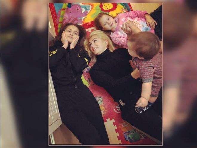 Мария Порошина с сыном и дочками