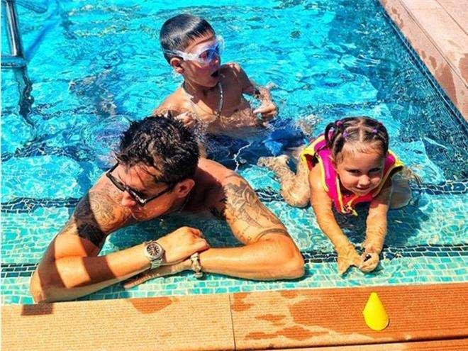Павел Прилучный с детьми на отдыхе в Испании