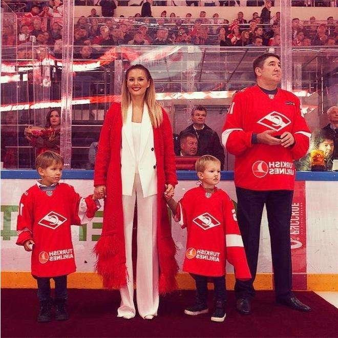 Александр Кожевников с внуками и дочкой Марией