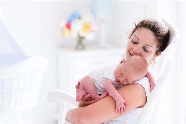 Как держать новорожденного столбиком после кормления, подскажет педиатр.