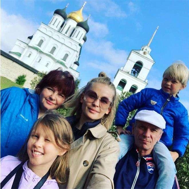 Юлия Пересильд с дочерьми и родителями