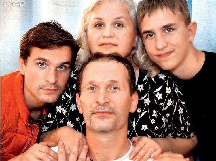 Федор Добронравов с женой и детьми
